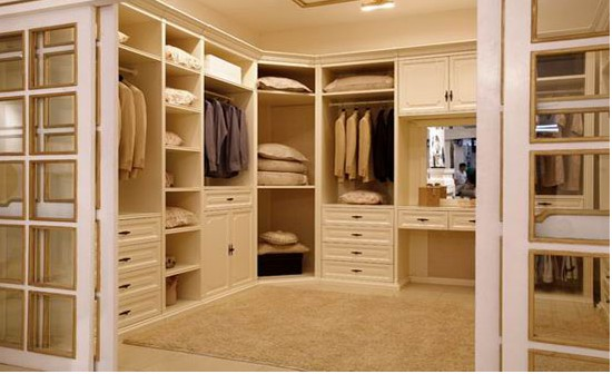 Stilren walk in closet for His and hers wardrobe